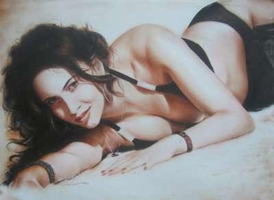 Портрет девушки, лежащей на песке