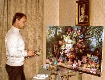 Яков Пульнов пишет натюрморт.